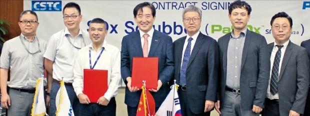 이수태 파나시아 대표(왼쪽 네 번째)가 19일 중국 상하이에서 중국 선박공업그룹 CSSC, 스위스 선사 MSC와 선박용 황산화물 저감장치 공급계약을 체결했다.  /파나시아 제공