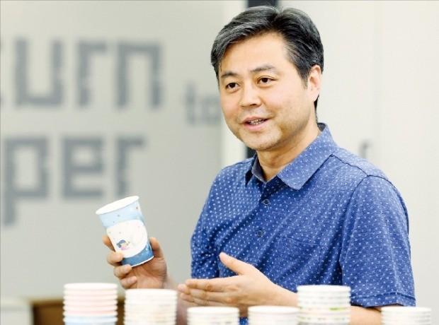 윤철 리페이퍼 대표가 나뭇잎과 똑같은 속도로 썩는 종이컵에 대해 설명하고 있다. /강은구 기자 egkang@hankyung.com
