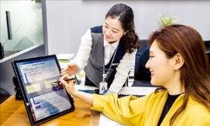 지난 4월 광주은행의 한 영업 창구에서 고객이 'PPR(Paperless Process Reengineering)' 시스템을 이용해 서류를 작성하고 있다.  /광주은행  제공