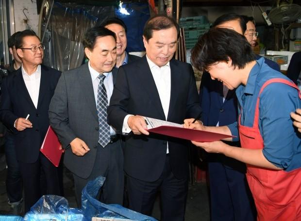 자유한국당 최저임금제도개혁 서명운동 벌여