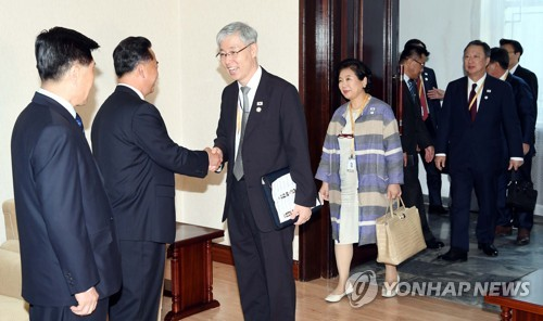 """""""리룡남, 현정은과 많이 대화… 경제 어렵다는 말도 거침없이 해"""""""