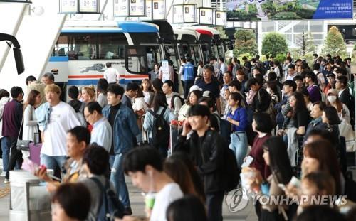 한가위 '민족대이동' 시작… 서울역·고속터미널 귀성객 몰려