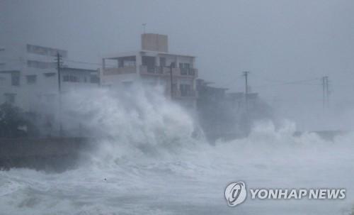 초강력 태풍 짜미 日수도권 향한다… 공항 폐쇄·35만명 대피령