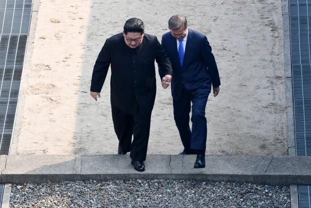 지난 4월 27일 문재인 대통령과 북한 김정은 국무위원장이 군사분계선 북측으로 넘어갔다가 다시 남측으로 넘어오는 모습. 사진= 연합뉴스