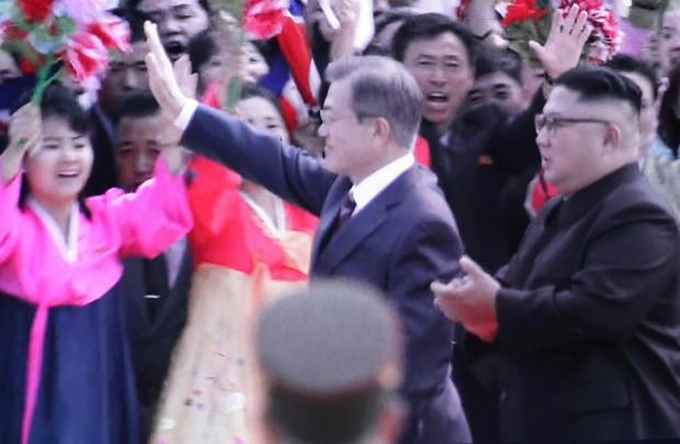[평양정상회담] 환영인파에 답례하는 문 대통령 (사진=연합뉴스)