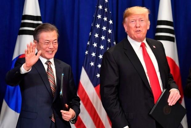 뉴욕에서 한미 자유무역협정(FTA) 개정협정 서명식을 마친 문재인 대통령(왼쪽)과 트럼프 대통령.(사진=연합뉴스)