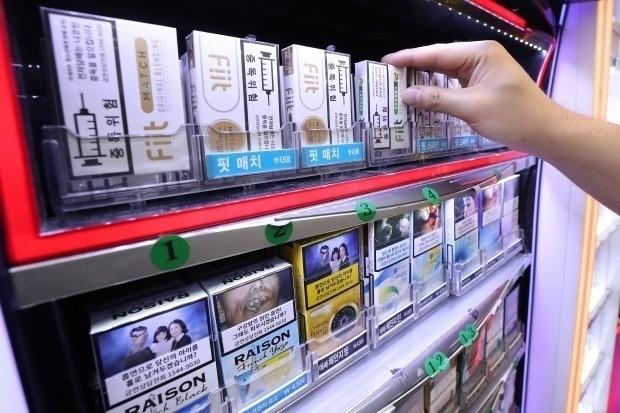 정부가 지난 6월 '아이코스' 같은 궐련형전자담배가 일반담배에 비해 '덜 해롭지 않다'는 연구결과를 내놓으면서 흡연자들을 혼란스럽게 하고 있다. 이는 궐련형전자담배에서 일반담배보다 1.5배 더 많은 양의 타르가 나왔다는 사실에 기초한다. /사진=연합뉴스