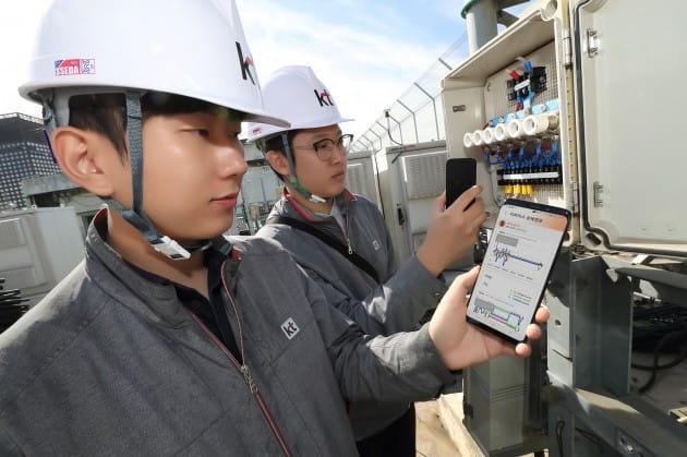 KT 직원이 서울 종로구 KT광화문빌딩 웨스트(WEST)에서 건물에 설치된 '사물인터넷 센서 박스'를 활용해 건물의 기울어짐, 변형 및 균열 등의 데이터를 측정하고 있다./사진=KT