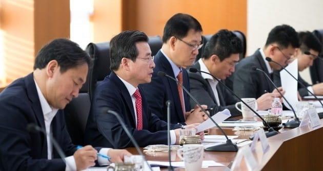 김용범 금융위원회(왼쪽 두번째) 부위원장이 12일 오전 여의도 한국거래소에서 열린 금융시장상황 점검회의에서 모두발언을 하고 있다. 금융위 제공
