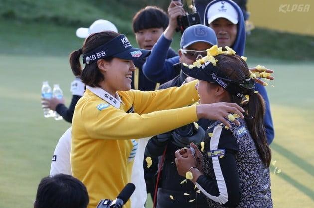 [포토] 전인지로부터 우승 축하받는 이정은6