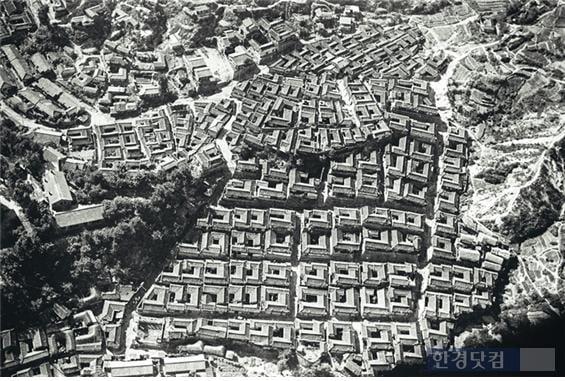 익선동과 비슷한 시기에 조성된 가회동 한옥마을 항공사진이 남아있어 당시 분양된 한옥마을 원형을 살펴 볼 수 있다.(출처 : 구글, 청암사진연구소)
