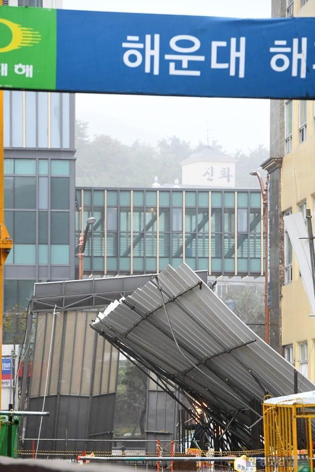 [포토] 태풍 콩레이에 무너진 공사현장 가림막