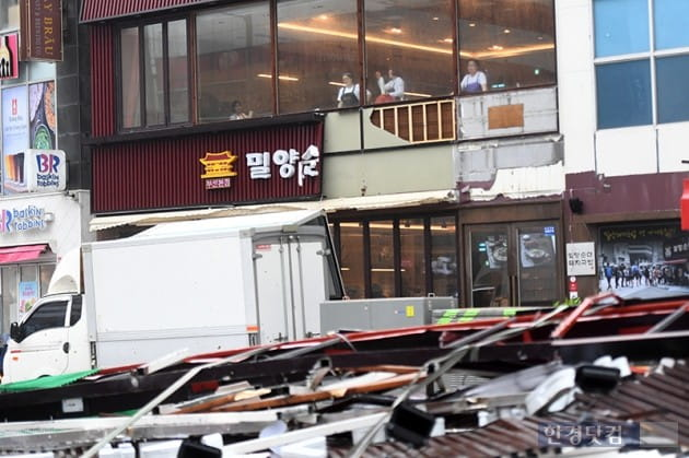 [포토] 콩레이 강풍에 반토막난 간판