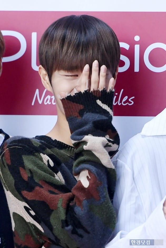 [포토] 워너원 이대휘, '얼굴이 작은거야? 손이 큰거야?'