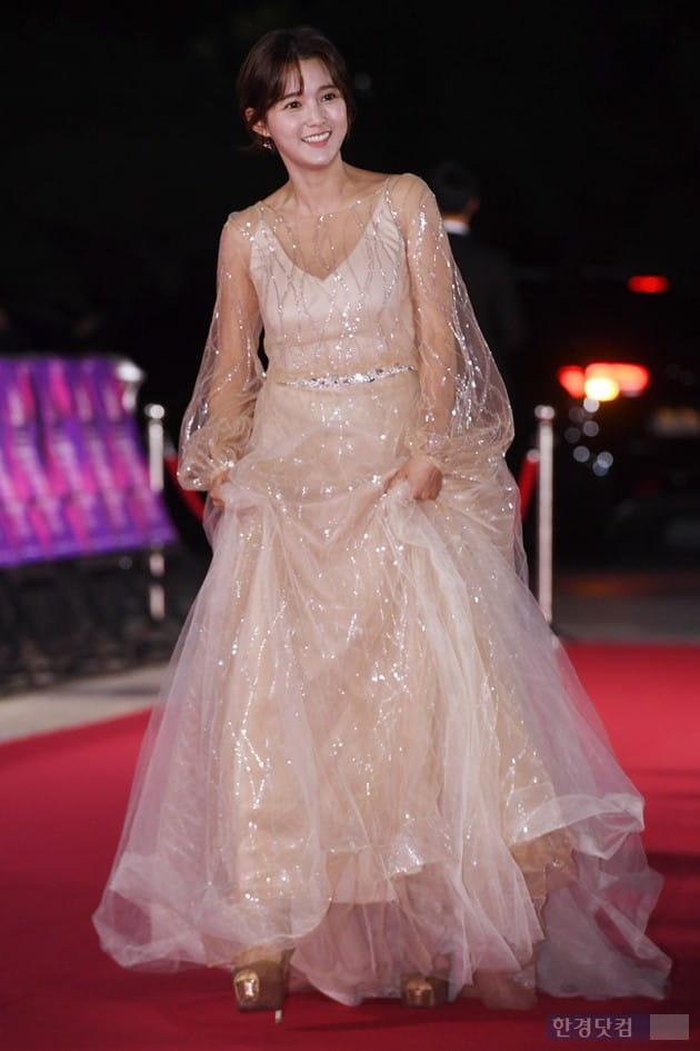 [포토] 남보라, '긴 드레스가 버거워~'(APAN)