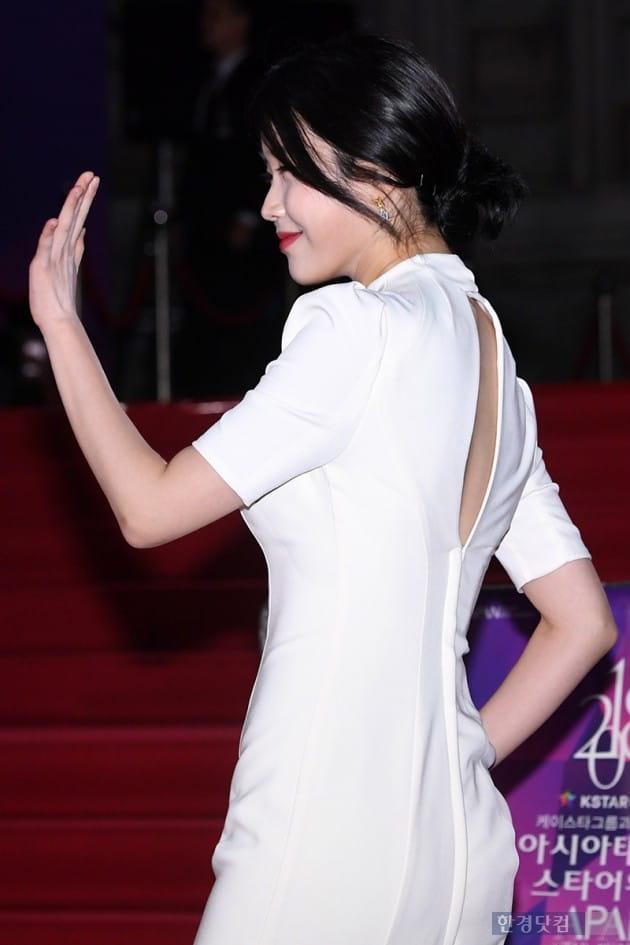 [포토] 아이유, '푹 파인 반전 뒤태~'(APAN)