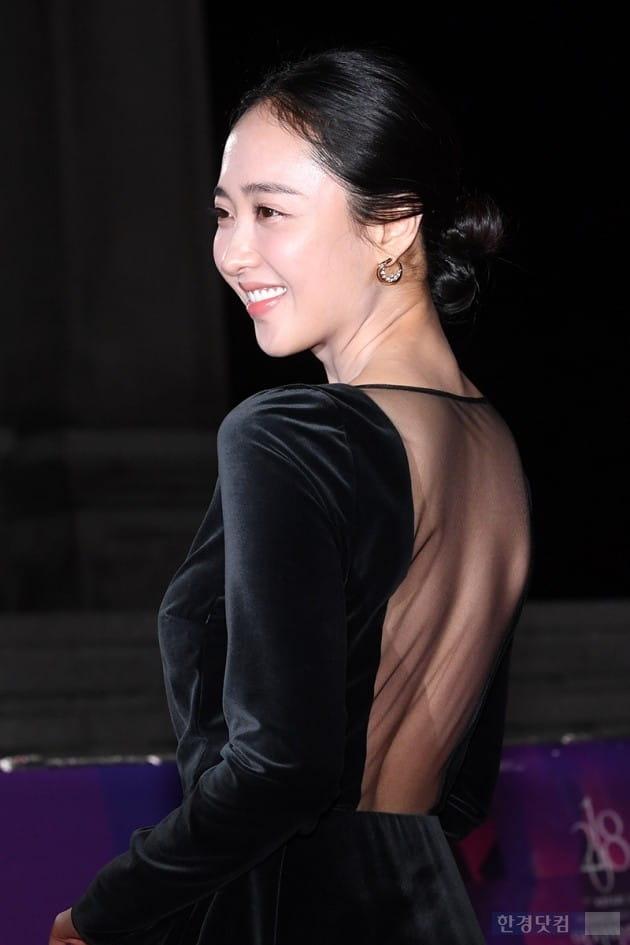 [포토] 김민정, '등판 훤히 드러내고~'(APAN)
