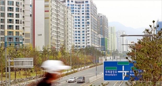 < 입주 5년째인데… 전철 없는 위례 > 서울 송파구와 경기 성남·하남 등에 걸쳐 있는 위례신도시는 심각한 출퇴근 교통난에 시달리고 있다. 계획된 4개 철도사업 중 착공에 들어간 노선이 하나도 없다. /한경DB