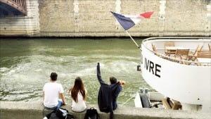 센 강둑에 걸터앉아 강바람을 즐기는 사람들
