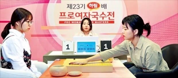 이슬아 5단(오른쪽)이 4일 서울 홍익동 한국기원 바둑TV 스튜디오에서 열린 하림배 프로여자국수전 결승 3번기 1국에서 돌을 놓고 있다. 이 5단은 최정 9단에게 흑 불계승을 거뒀다.  /한국기원  제공