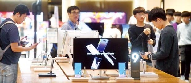 삼성전자는 지난 3분기에 매출 65조원, 영업이익 17조5000억원 등 사상 최대 실적을 거뒀다고 5일 발표했다. 서울 서초동 삼성전자 본사에 있는 정보기술(IT) 제품 체험 전시장인 '딜라이트숍'을 방문한 소비자들이 갤럭시노트9 등 최신 스마트폰을 살펴보고 있다. /허문찬 기자 sweat@hankyung.com