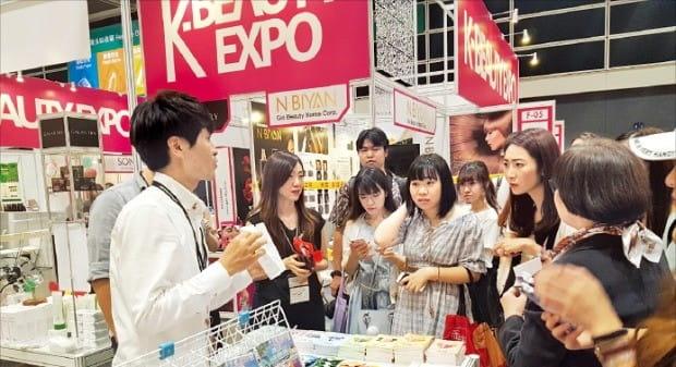 올해 6월 호찌민에서 개최한 K-뷰티 엑스포 베트남(오른쪽)과 8월 열린 홍콩 K-뷰티 엑스포(왼쪽). /킨텍스 제공