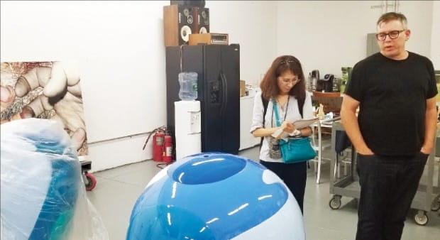 제이슨 브라운 알크미페인트웍스 대표가 작업 중인 일본 설치미술가 구사마 야요이의 작품 앞에서 회사를 소개하고 있다.