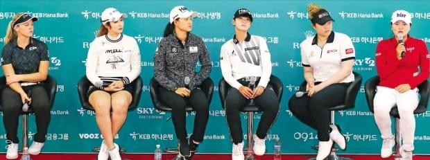 LPGA투어 KEB하나은행챔피언십 디펜딩 챔피언인 고진영(맨 오른쪽)이 8일 인천 스카이72골프클럽에서 열린 기자회견에서 취재진의 질문에 답하고 있다. 오는 11일부터 나흘간 열리는 이번 대회에는 LPGA와 한국여자프로골프(KLPGA)투어 메이저 챔프 대부분이 출전해 샷 대결을 펼친다. 왼쪽부터 브룩 헨더슨, 배선우, 이민지, 박성현, 에리야 쭈타누깐, 고진영.  /연합뉴스