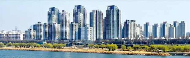 전용면적 84㎡ 아파트 전셋값 기준으로 18억원을 기록한 서울 반포동 '아크로리버파크'.  /한경DB