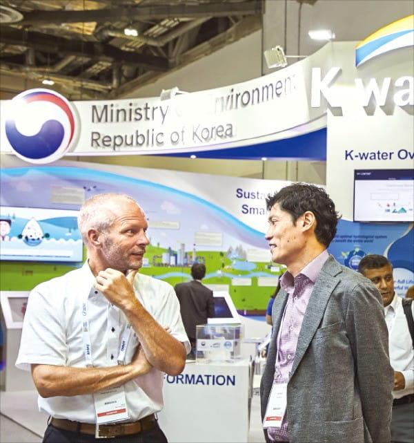 지난 7월 '싱가포르 국제 물주간' 행사에 참여한 한국수자원공사 직원이 해외 바이어와 면담하고 있다.  /수자원공사 제공