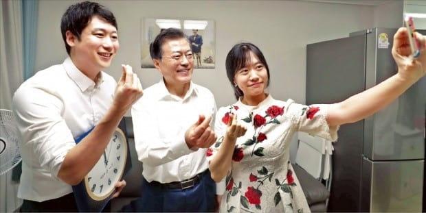 문재인 대통령이 지난 7월5일 서울 오류동의 행복주택단지에 있는 신혼부부 집을 방문해 기념사진을 찍고 있다. 밀레니얼 세대의 영향력이 높아지면서 정부가 이들을 찾아가 정책에 대해 의견을 구하는 일이 늘고 있다. /한경DB