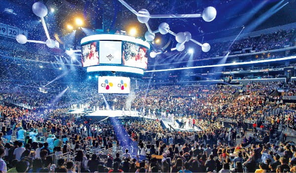 지난 8월 미국 로스앤젤레스에서 열린 세계 최대 한류문화 페스티벌 'KCON 2018'에서 관중들이 콘서트를 보며 열광하고 있다. CJ그룹이 2012년부터 주최하고 있는 KCON은 유럽, 아시아, 미주 등을 돌며 한국 문화를 알리는 대표 행사로 자리 잡았다.  /CJ그룹 제공