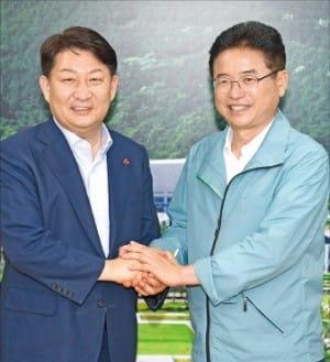 권영진 대구시장(왼쪽)과 이철우 경북지사가 대구·경북의 상생협력을 다짐하고 있다. / 대구시 제공