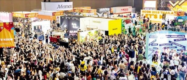 태국 방콕 임팩트아레나에서 열린 'KCON 2018'에서 한국 문화를 체험하기 위해 몰린 관객들.