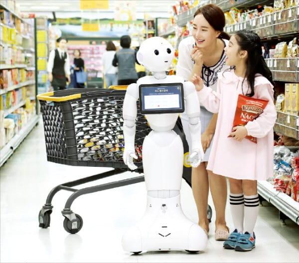 이마트는 지난 5월 인공지능(AI) 로봇 '페퍼'를 선보였다. 페퍼는 스스로 움직일 수 있고 도움이 필요한 고객과 대화할 수 있다.  /신세계  제공