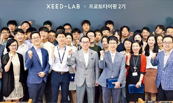 삼성SDS의 씨드랩 2기 종료 보고회에서 홍원표 대표(앞줄 가운데)를 비롯한 임원과 시험사업을 진행한 팀원들이 기념촬영하고 있다.  /삼성SDS 제공