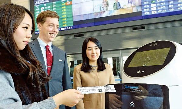 인천국제공항을 찾은 여행객이 안내 로봇 '에어스타'를 이용하기 위해 탑승권을 로봇에 넣고 있다.  /LG CNS 제공
