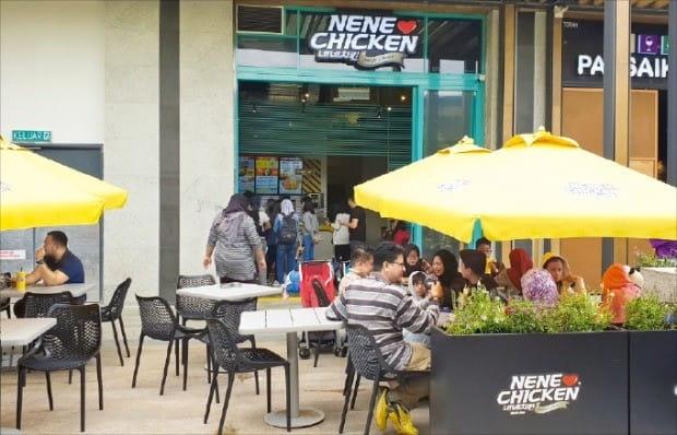 말레이시아 쿠알라룸푸르의 복합레저타운 겐팅하이랜드에 입점한 네네치킨 매장에서 관광객들이 식사하고 있다.  /김재후  기자