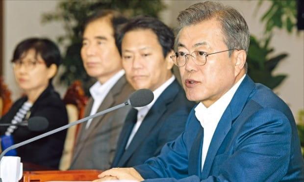 문재인 대통령이 10일 청와대에서 열린 수석보좌관회의에서 발언하고 있다.  /허문찬 기자 sweat@hankyung.com