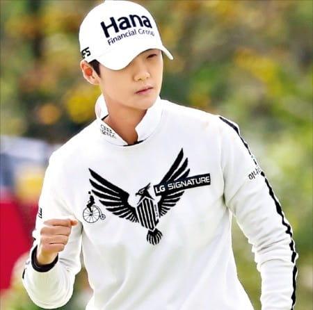 여자골프 세계랭킹 1위 박성현이 11일 인천 스카이72 오션코스에서 개막한 LPGA KEB하나은행챔피언십 1라운드 8번홀에서 버디에 성공한 뒤 주먹을 불끈 쥐고 있다.  /KLPGA 제공