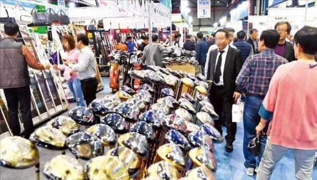 11일 서울 대치동 SETEC에서 열린 '2018 한경골프박람회'에서 방문객들이 골프용품을 둘러보고 있다. 골프용품을 최대 90%까지 할인 판매한다.  /허문찬  기자 sweat@hankyung.com