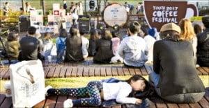 [김보라 기자의 알쓸커잡] 가을날 석촌호수서, 커피 한잔 어때요