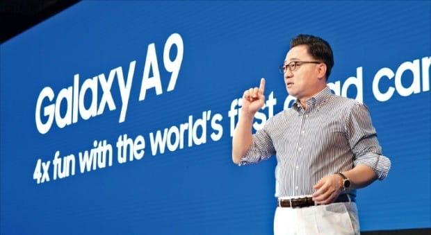 고동진 삼성전자 IM부문장(사장)이 11일 말레이시아 쿠알라룸푸르에서 열린 'A 갤럭시 이벤트'에서 세계 최초로 후면 4개의 카메라를 탑재한 '갤럭시 A9'을 소개하고 있다.  /삼성전자 제공