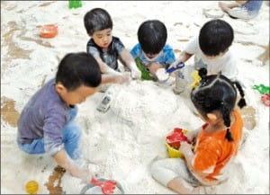 우리밀 체험장에서 밀가루를 만지는 아이들.