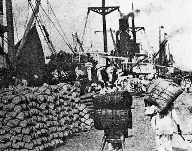 1928년 인천항 모습. 수출을 위한 미곡이 쌓여 있다. /인천광역시 제공