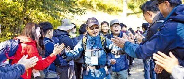 김윤 삼양그룹 회장(가운데)이 지난 12일 강원 인제 달맞이산에서 임직원들과 창립 94주년 기념 산행을 하고 있다.  /삼양그룹 제공
