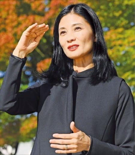 강수진 국립발레단장이 지난 12일 서울 예술의전당 야외공간에서 예술행정가로서 최근의 생각들을 밝히고 신작 '마타하리'에 대해 설명하고 있다.  /강은구  기자 egkang@hankyung.com
