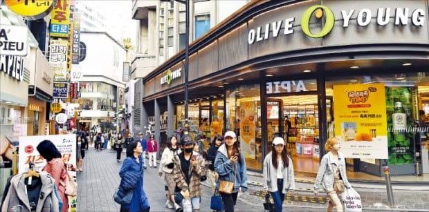 16일 서울 명동에 있는 H&B 스토어 올리브영 앞을 쇼핑객들이 지나가고 있다.  /허문찬 기자 sweat@hankyung.com