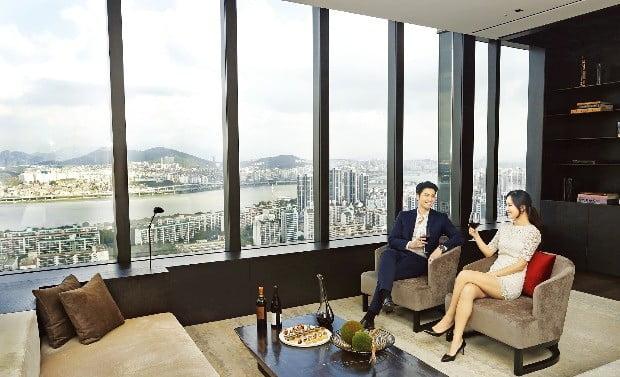 미국 유명 건축회사 올슨 쿤딕이 '차원이 다른 럭셔리'를 콘셉트로 디자인한 JW메리어트 서울의 최고급 펜트하우스.