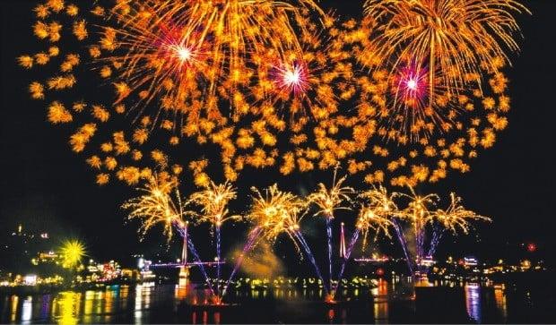 지난 9월 여수시 이순신광장에서 열린 '2018 여수밤바다 불꽃축제'에서 여수 바다를 배경으로 화려한 불꽃놀이가 펼쳐지고 있다.  /여수시  제공